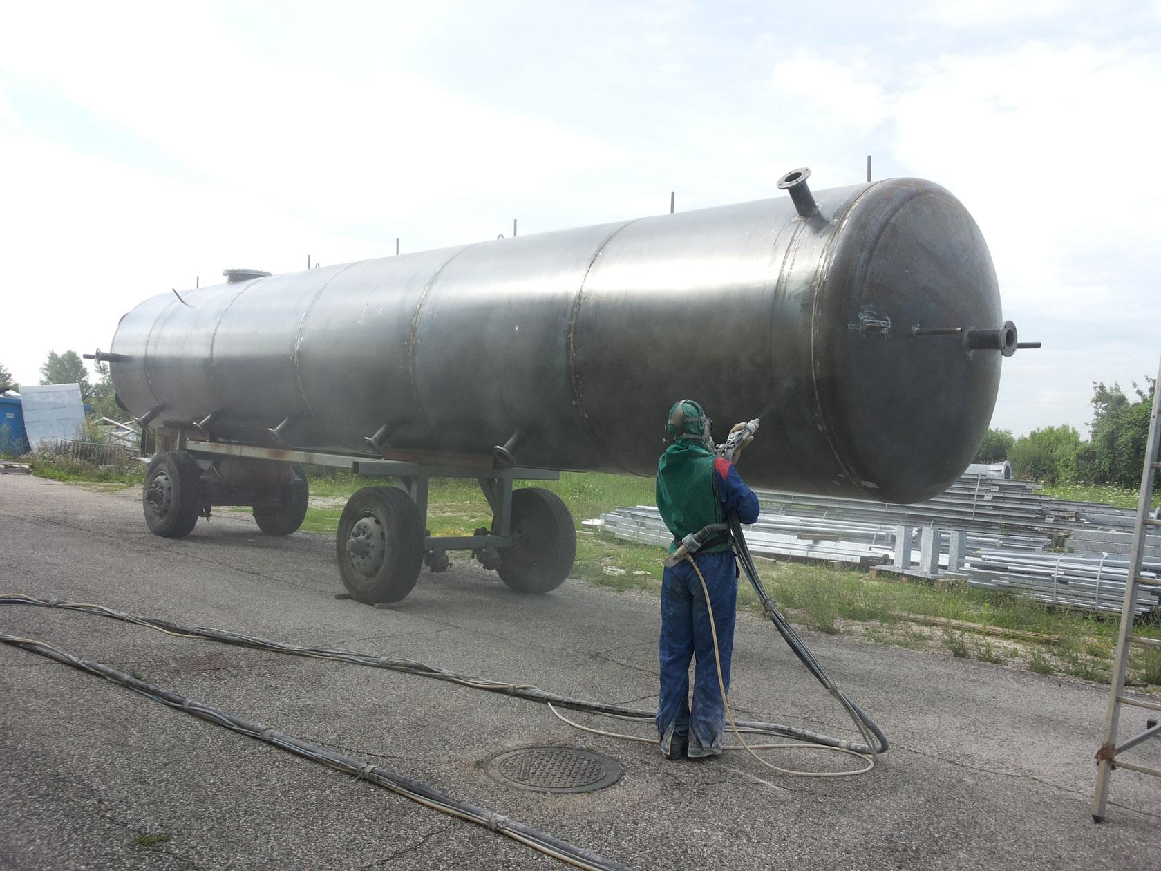 Sabbiatura cisterne di grandi dimensioni.